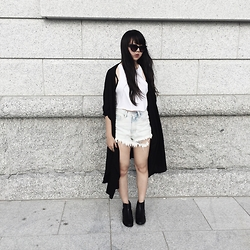 Karena Hsu - Unif Taryn Shorts, Brandy Melville Usa Black Kimono, Quay Kitty Shade, Asos Black Chelsea Boots, Forever 21 White Crop Top - Windy