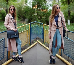 Anna Pogribnyak - Style Moi Trench Coat, Reebok Trainers, Pull & Bear Jeans - Trench coat and trainers