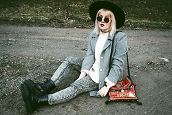 Thelma Malna - H&M Hat, Kappahl Sweater, 2nd Hand Jacket, Boho Bag, Daniel Wellington Watch, H&M Jeans, Dr. Martens Jadon Boots, Ebay Tattoo Choker - TURTLENECK SWEATER & JEANS