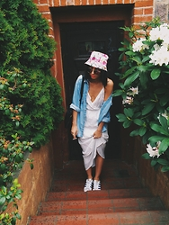 Agnija Grigule - H&M Floral Bucket Hat, Adidas Superstar Sneakers, Stradivarius White Maxi Dress - TROPICAL VIBES