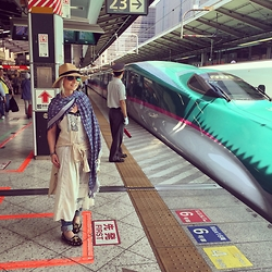 Radana Adachi - Vintage Shoe, Journal Standard Long Dress, Zara Jeans, Louis Vuitton Shawl, Azul By Moussy Hat, Dolce & Gabbana Sunglasses - Just Tokyo station