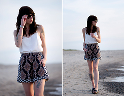 Ricarda Schernus - H&M Patterned Shorts, Asos Silky Top, Deichmann Sandals, Prada Sunglasses, Rosefield Silver Watch - Beach Ready!