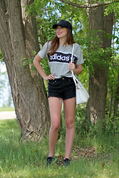 Alexis Kelly - Adidas T Shirt, American Eagle Outfitters High Waisted Shorts, Nike Tennis Shoes, Kate Spade Purse, Forever 21 Ball Cap - Sporty