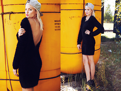 La Leonella - Conleys Black Dress, New Era Cap - The little black dress!