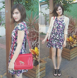 Lilian Larrañaga - Oh, My Dress! Dress, Pepaloves Bag, Pepaloves Necklace, Mango Cardigan, Melissa Sandals - Flowers & Horses