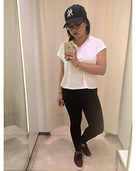 Michi Eleni Camaña - Cotton On Plain White Shirt, Vans Sneakers, Yankee, Gold Chains - Your basic