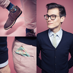 Chris Nicholas - Foot Cardigan Peacock Sock, Pocket Square Clothing The Fleur, Pocket Square Clothing The Emory, Indochino Blue Herringbone Shirt, H&M Cardigan, Cole Haan Casual Wings, H&M Pink Chinos - 136