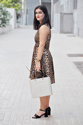 Amanda R. - Antea Dress, Lamarthe Bag, Stonefly Shoes, Multiópticas Sunglasses, Jord Wooden Watch - Leopard dress - www.somethingfashion.es