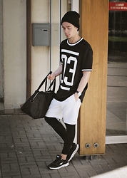 Edgar - Ccc Sneakers, H&M Oversized T Shirt, H&M Cotton Shorts, Leggings, Primark Holdall Bag, Cubus Beanie, Aeon Watch - URBAN