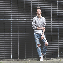 Martin Bonke - Bershka Bomber, Cos Tee, River Island Ripped Jeans, Vans - Ripped Jeans.