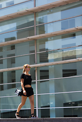 Mathilde Bosquet - Missguided Sandals, Brandy Melville Usa Top, Forever 21 Short - ALL BLACK @ MACBA