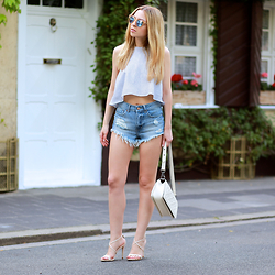 Jecky -  - Crop Top and Micro Shorts