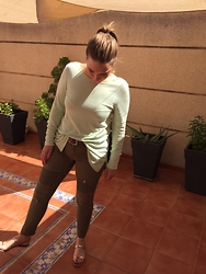 Virginia Yagüe - Love Ibiza Sweater, Zara Jeans, Zara Sandals - Total Green