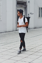 Kevin Elezaj - Converse Shoes, Zara Jeans, H&M T Shirt, Lost Apparel Bag, Asos Glasses, Hut Styler Hat - Artist