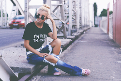 Krist Elle - Download App The Yub Shop T Shirt, Zerouv Round Sunglasses - BRIDGE