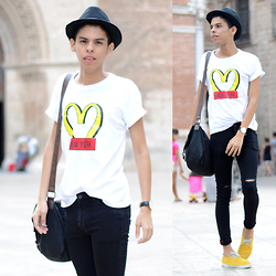 Andrés Barreto - Bershka Fedora Hat, Moschino T Shirt, Asos Satchel Bag, Daniel Wellington Watch, Pull & Bear Skinny Jeans, Pull & Bear Sneakers - Stole the show.