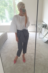 Amelia Tordoff - Jimmy Choo Shoes, Lanvin En Bleu Trousers, Twin Set Simine Barbieri Shirt - Stripes / Fluted Sleeves
