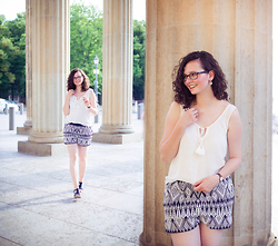 Lux und Poppy - Vila Ethno Shorts, Vila Top, Link London Necklace - 40°C in Berlin