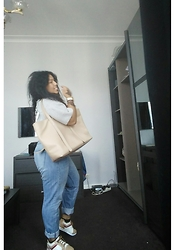 Amy Aayadi - Diesel Boyfriendjeans, Beige Sneakers, H&M Deep Slaying Top - Le boyfriend slayin casual outfit