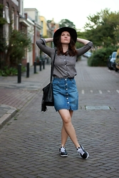 Albina Van den Berg @albinaberg - H&M Denim Skirt, Dresslink Grey Shirt, Lacoste Sneakers - Denim skirt look