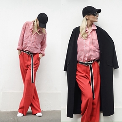 Emma Easton - Asos Pantalon Rouge Large, Asos Casquette, Converse, Self Portrait Studio Ceinture, Asos Manteau Oversize - RED