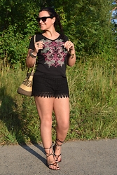 Gaby Forciniti - H&M, Guess - Black lace shorts and gladiator sandals