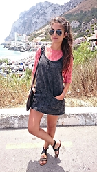 Julia - Ray Ban Sunglasses, Topshop T Shirt, Bershka Dress, Asos Sandals - CHAINS