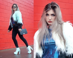Lindsay Woods - Ethus Cropped Holográfico Dark Blue, Choies Color Block Long Sleeve Shaggy Faux Fur Coat, Romwe Black Skinny Pants - Snow