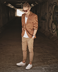 Edgar - H&M Blazer, H&M Chinos, H&M Platform Sneakers, H&M Cotton T Shirt, Primark Sunglasses, Daniel Wellington Leather Watch - SMART CASUAL // BEIGE TONES