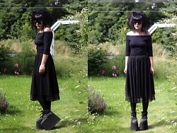 Panda . - Asos Sunglasses, Bikbok Top, Monki Skirt, Buffalo Shoes - Buffalo queen.