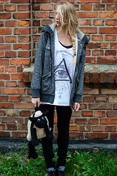 Martyna H - Medicine Eye Tee, Burton Snowboards Warmy Hoodie, Sheep The Backpack, Nike Thea - Sheep the backpack