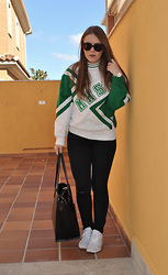 Carmen Méndez - Arizona Vintage Cheerleader Swearshirt, Primark Pants, Adidas Zx Flux, Zara Maxibag - Cheerleader