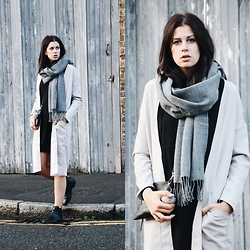 SCHWARZER SAMT - Topshop Grey Scarf, Dr Denim Coat, Edited Dress, Monki Chelsea Boots - Cozy grey