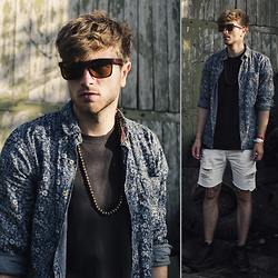 Tim Unterlauf - H&M Sunglasses, Wood Fellas Necklace, H&M Jeans, Sorel Boots - Pangea Festival