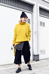 Esra E. - Pimkie Oversized Yellow Knit, H&M Black Culotte Pants, Monki Fun Black Hat, H&M Plus Size Oversized Grid Blouse - Layers with pop of yellow