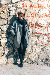 Lea P - Vintage Oversize Coat, Sweatshirt Pants, Black Boots, Ray Ban Aviator Sunglasses - The Black Sea