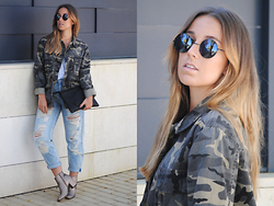 Claudia Villanueva - Dressin Sunglasses, Zara Jacket, Aliexpress Clutch, Suiteblanco Jeans, Fashion Pills Boots - A pair of gold boots