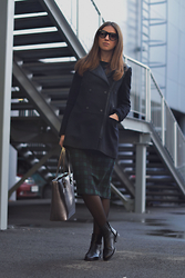 Olga Dupakova - Stradivarius Coat, Koton Skirt, Mango Bag, Mango Boots - Outfit with midi skirt