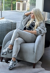 Olga Oliwye Soukupova - Acne Studios Grey Oversized Logo Hoodie, Adidas Superstar Camo Sneakers - ALL GREY