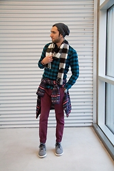 Hector Diaz - Uniqlo Fleece Jacket, Uniqlo Plaid Flannel Shirt, Uniqlo Cashmere Scarf, The Rail Burgundy Joggers, Creative Recreation Sneakers, H&M Hat - Flannel and Burgundy