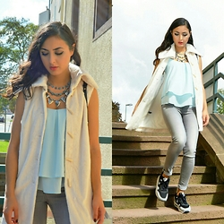 Dunja Haqmal - Nike Sneaker, Vero Moda Top, Dh The Label Vest - Fur vest