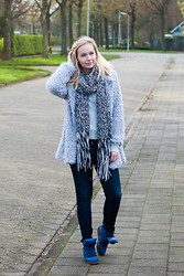 Annora - Lovelywholesale Coat, Gemandi Sweater, H&M Scarf, Jeans, Persunmall Sneakers - Fluff it up!