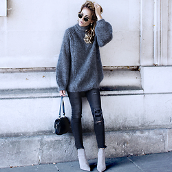 Isabel Selles -  - Grey total look