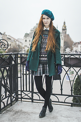 Dominika Cupkova - Yoins Emerald Coat, Esprit Sweater, Oasap Beret - Mixing patterns