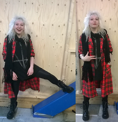 Julia P - Christmas Present From Mom Scarf, Vintage Plaid Coat, H&M Shirt, Vintage Punk Boots - Door Weer en Wind