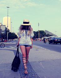 Joicy Muniz - H&M Hat, Urban Outfitters Necklace, Miss Lolla Shirt, H&M Shorts, Zara Shoes, Love.D Bag - Rio de Janeiro