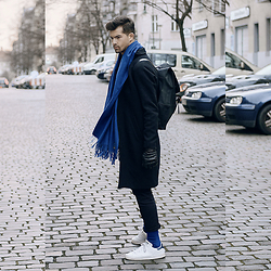 Dominik H. Mueller - Études Studio Scarf, Rains Bag, Von Jungfeld Blue Socks, Weekday Black Coat, Drykorn Black Jogg Pant, Adidas Sneaker - Blue neighborhood