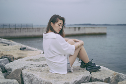 Anna S. - Dr. Martens 6 Eyelet Boots, One Teaspoon Hendrix Shorts, Cotton On White Shirt - By the sea