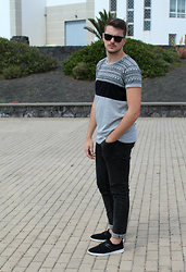 Álvaro Jiménez - Tu It Sunglasses, Springfield T Shirt, Jeans, Sneakers - Blacks