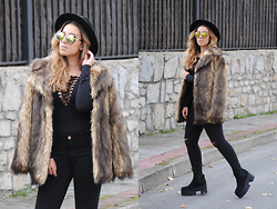 Claudia Villanueva - H&M Hat, Dresslink Sunglasses, Fashion Pills Bodysuit, Asos Coat, Stradivarius Jeans, Asos Boots - A Faux Fur Day
